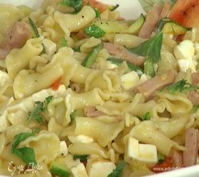 Теплый салат с макаронами, цукини и ветчиной
