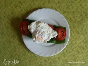 Тост из ржаного хлеба с черемшой и яйцом пашот