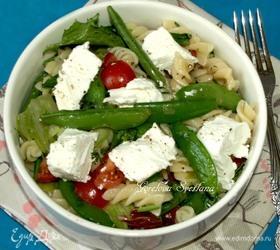 Салат с фузилли, овощами и овечьим сыром