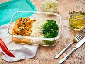 Курица карри с рисом и брокколи