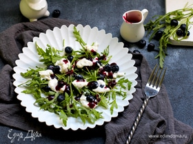 Сырный салат с черникой и руколой
