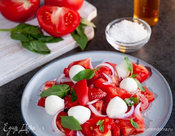 Летний салат из помидоров и моцареллы