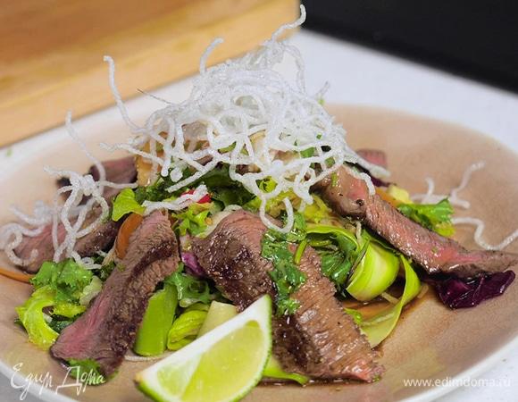 Салат со стейком, фунчозой и заправкой в тайском стиле