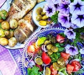 Запеченная форель с летним салатом