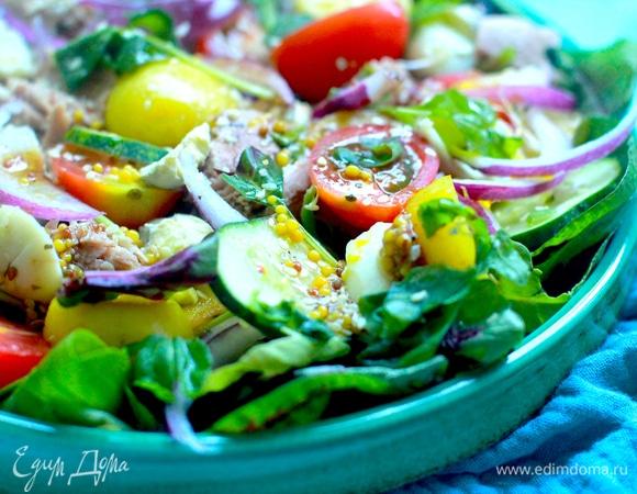 Овощной салат с яйцами и тунцом