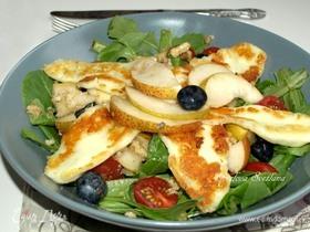 Салат с грушей и жареным халуми