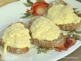 Яйца скрэмбл с пармезаном на тостах