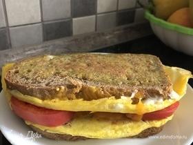 Яичные гренки с начинкой из сыра и помидоров