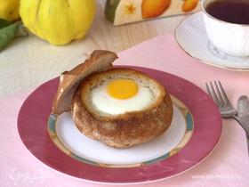 Яйцо с овощами в булочке